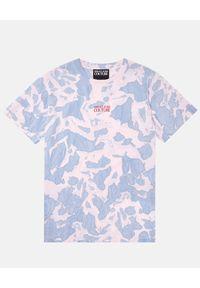 Versace Jeans Couture - VERSACE JEANS COUTURE - Farbowany t-shirt oversize. Kolor: różowy, wielokolorowy, fioletowy. Materiał: bawełna. Wzór: napisy