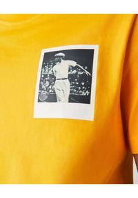 Lacoste - LACOSTE - Żółty t-shirt z termoczułym nadrukiem Regular Fit. Kolor: żółty. Materiał: bawełna, jersey, jeans, prążkowany. Wzór: nadruk