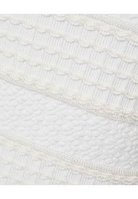 Alexander McQueen - ALEXANDER MCQUEEN - Biała sukienka mini. Okazja: na imprezę. Kolor: biały. Materiał: tkanina, dzianina. Wzór: aplikacja. Typ sukienki: dopasowane, rozkloszowane. Długość: mini