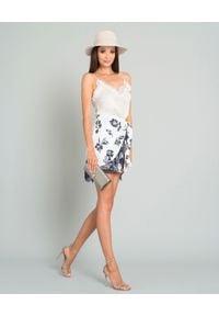 SELF PORTRAIT - Spódnica mini z cekinami. Kolor: biały. Materiał: koronka. Wzór: nadruk, kwiaty, aplikacja, koronka. Styl: elegancki