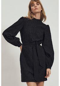 Nife - Bawełniana czarna haftowana sukienka w kwiaty z falbaną. Typ kołnierza: kołnierzyk stójkowy. Kolor: czarny. Materiał: bawełna. Wzór: haft, kwiaty. Typ sukienki: koszulowe. Styl: elegancki