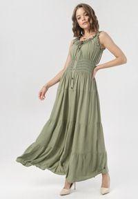 Born2be - Ciemnozielona Sukienka Mairise. Typ kołnierza: kokarda, dekolt hiszpanka. Kolor: zielony. Długość rękawa: na ramiączkach. Styl: wizytowy. Długość: midi