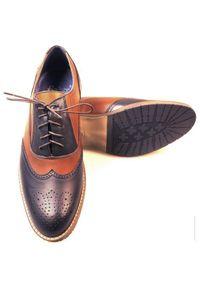 Modini - Granatowo-brązowe brogsy męskie T49. Kolor: niebieski, brązowy, wielokolorowy. Materiał: skóra, syntetyk. Styl: wizytowy, klasyczny