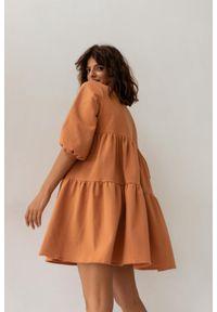 Sukienka oversize z przeszyciami pomarańczowa z kropeczkami- BLUSH by Marsala. Kolekcja: moda ciążowa. Kolor: pomarańczowy. Materiał: bawełna, materiał. Długość rękawa: krótki rękaw. Typ sukienki: oversize