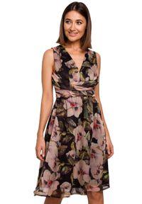 Style - Elegancka sukienka z szyfonu w kwiaty. Okazja: na wesele, na ślub cywilny, na imprezę. Materiał: szyfon. Długość rękawa: bez rękawów. Wzór: kwiaty. Typ sukienki: kopertowe, w kształcie A. Styl: elegancki