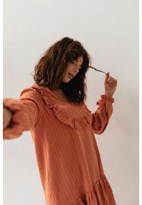 Marsala - Sukienka z falbankami z bawełny strukturalnej w kolorze ceglanym - GINGER BY MARSALA. Typ kołnierza: kołnierz z falbankami. Materiał: bawełna. Długość rękawa: długi rękaw. Typ sukienki: proste. Styl: elegancki, retro