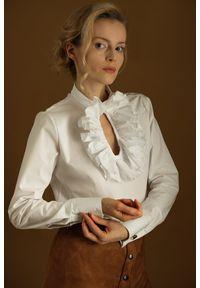 Hultaj Polski - Biała koszula z żabotem. Okazja: do pracy, na spotkanie biznesowe. Typ kołnierza: z żabotem. Kolor: biały. Materiał: bawełna, jeans, tkanina, elastan. Wzór: kropki. Styl: biznesowy, street