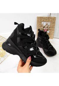 POTOCKI - Sneakersy damskie na koturnie czarne Potocki. Okazja: na co dzień. Kolor: czarny. Materiał: zamsz. Obcas: na koturnie. Styl: sportowy, casual