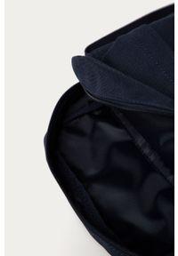 Niebieska torba Lacoste z aplikacjami