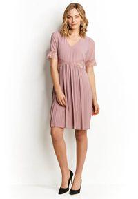 Różowa sukienka mini Happy Holly z dekoltem w serek, w koronkowe wzory, plisowana