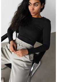 Marsala - Dopasowany top z długim rękawem w kolorze WASHED BLACK- MOODY BY MARSALA. Materiał: prążkowany, materiał, bawełna, elastan. Długość rękawa: długi rękaw. Długość: długie