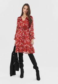 Born2be - Bordowa Sukienka Zarintora. Kolor: czerwony. Materiał: materiał. Długość rękawa: długi rękaw. Wzór: kwiaty. Typ sukienki: kopertowe. Długość: mini