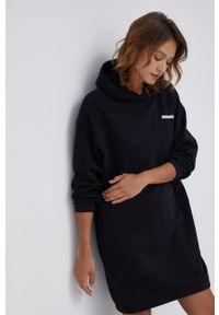 Calvin Klein Jeans - Sukienka. Okazja: na co dzień. Typ kołnierza: kaptur. Kolor: czarny. Materiał: bawełna, dzianina, materiał, tkanina, włókno. Długość rękawa: długi rękaw. Wzór: gładki. Typ sukienki: proste. Styl: casual