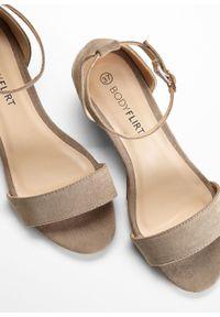 Brązowe sandały bonprix na koturnie, eleganckie