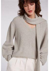 Beżowy sweter z szalikiem Oui. Typ kołnierza: dekolt w serek. Kolor: beżowy. Materiał: poliamid, wełna