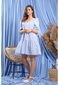 Fobya - Zwiewna Błękitna Sukienka w Białe Kwiatki. Kolor: biały, niebieski, wielokolorowy. Materiał: bawełna. Wzór: kwiaty