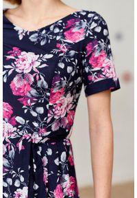 Marie Zélie - Sukienka Elina Ravus granatowa. Kolor: niebieski. Materiał: materiał, bawełna. Długość rękawa: krótki rękaw. Typ sukienki: rozkloszowane. Styl: klasyczny