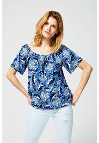 Niebieska bluzka MOODO z dekoltem typu hiszpanka