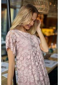 MOE - Różowa Zwiewna Sukienka Koronkowa z Mini Rękawkiem. Kolor: różowy. Materiał: koronka. Długość rękawa: krótki rękaw. Długość: mini