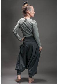 Szare spodnie Hultaj Polski długie, w kolorowe wzory