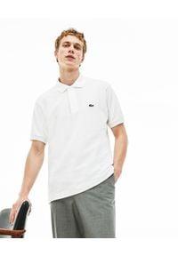 Lacoste - LACOSTE - Biały t-shirt polo z logo. Okazja: na co dzień. Typ kołnierza: polo. Kolor: biały. Materiał: jeans, prążkowany, bawełna. Wzór: haft. Styl: casual, klasyczny