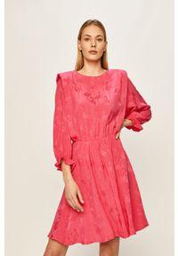 ANSWEAR - Answear - Sukienka. Kolor: różowy. Materiał: tkanina. Typ sukienki: rozkloszowane