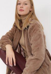 Born2be - Brązowa Kurtka Orysius. Kolekcja: plus size. Kolor: brązowy. Materiał: futro, poliester. Wzór: aplikacja. Styl: klasyczny