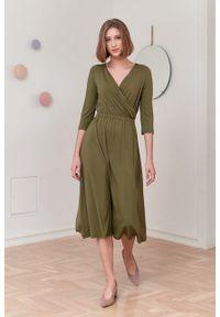 Marie Zélie - Sukienka Rita oliwkowa. Typ kołnierza: dekolt kopertowy. Kolor: oliwkowy. Materiał: wiskoza, dzianina, materiał, elastan, tkanina. Długość rękawa: krótki rękaw. Sezon: jesień. Typ sukienki: proste, kopertowe