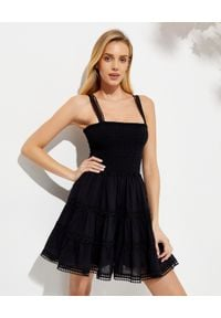 CHARO RUIZ IBIZA - Marszczona sukienka Stelle. Typ kołnierza: dekolt kwadratowy. Kolor: czarny. Materiał: koronka, bawełna. Długość rękawa: na ramiączkach. Wzór: aplikacja, koronka. Typ sukienki: rozkloszowane. Długość: mini