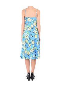 MOSCHINO - Sukienka z nadrukiem. Kolor: niebieski. Materiał: tkanina, materiał. Wzór: nadruk. Typ sukienki: proste, z odkrytymi ramionami, dopasowane. Styl: elegancki