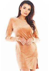 Awama - Ołówkowa Mini Sukienka Welurowa z Rozporkiem - Bezowa. Materiał: welur. Typ sukienki: ołówkowe. Długość: mini