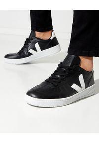 Veja - VEJA - Czarne sneakersy V-12. Okazja: na co dzień. Kolor: czarny. Materiał: tkanina, materiał, guma. Szerokość cholewki: normalna. Wzór: aplikacja