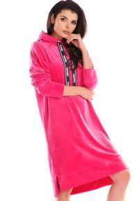 Awama - Luźna Welurowa Sukienka z Logowaną Taśmą - Różowa. Kolor: różowy. Materiał: welur