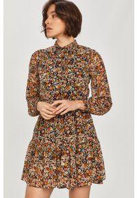 Answear Lab - Sukienka. Kolor: żółty. Materiał: tkanina. Długość rękawa: długi rękaw. Typ sukienki: rozkloszowane. Styl: wakacyjny
