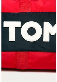 Czerwona torba podróżna TOMMY HILFIGER z aplikacjami