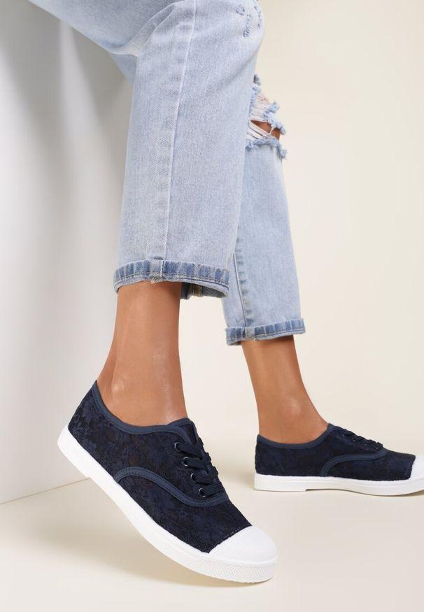 Renee - Granatowe Trampki Larimeia. Kolor: niebieski. Materiał: jeans, koronka, materiał. Szerokość cholewki: normalna. Wzór: ażurowy