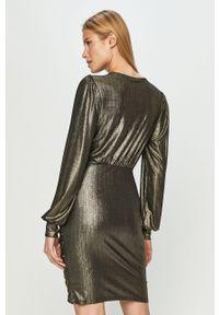 Jacqueline de Yong - Sukienka. Kolor: złoty. Długość rękawa: długi rękaw. Typ sukienki: dopasowane