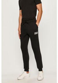 Czarne spodnie dresowe Jack & Jones z nadrukiem