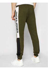 Jack & Jones - Jack&Jones Spodnie dresowe Will 12197199 Zielony Regular Fit. Kolor: zielony. Materiał: dresówka #4