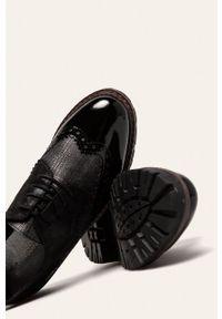 Czarne półbuty Marco Tozzi z okrągłym noskiem, na sznurówki