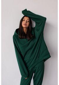 Marsala - Bluza typu oversize o przedłużonym kroju z kapturem kolor DEEP FOREST GREEN CRUSH BY MARSALA. Typ kołnierza: kaptur. Materiał: dresówka, bawełna, jeans, dzianina, elastan. Styl: sportowy