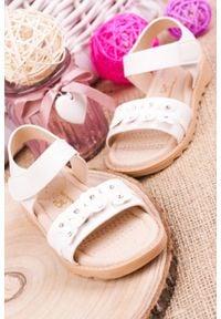 Casu - białe sandały na rzep z ozdobami casu hy-13. Zapięcie: rzepy. Kolor: biały. Wzór: aplikacja