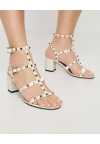 VALENTINO - Białe sandały na obcasie Rockstud. Okazja: na wesele, na ślub cywilny. Zapięcie: pasek. Kolor: biały. Wzór: aplikacja. Obcas: na obcasie. Styl: wizytowy. Wysokość obcasa: średni
