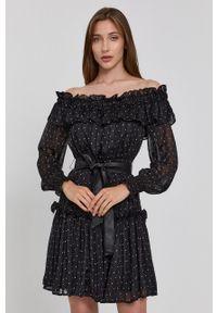 Guess - Sukienka. Typ kołnierza: dekolt hiszpanka. Kolor: czarny. Materiał: tkanina. Długość rękawa: długi rękaw. Typ sukienki: rozkloszowane