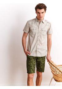TOP SECRET - Koszula z kieszeniami o dopasowanym kroju. Okazja: na co dzień. Kolor: beżowy. Materiał: bawełna. Długość rękawa: krótki rękaw. Długość: krótkie. Wzór: aplikacja. Sezon: lato, wiosna. Styl: wakacyjny, casual