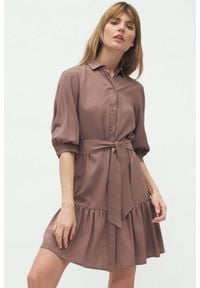 Nife - Wiskozowa koszulowa sukienka z falbaną wiązana w pasie mokka. Materiał: wiskoza. Typ sukienki: koszulowe