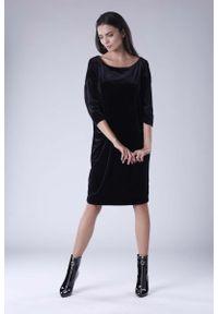 Nommo - Czarna Luźna Sukienka z Dekoltem w Łódkę z Weluru. Kolor: czarny. Materiał: welur