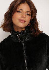 Renee - Czarna Kurtka Thaliphae. Kolor: czarny. Materiał: tkanina, futro. Wzór: aplikacja