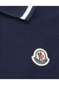 MONCLER KIDS - Granatowa koszulka polo 4-14 lat. Typ kołnierza: polo. Kolor: niebieski. Materiał: bawełna. Wzór: aplikacja. Sezon: lato. Styl: klasyczny