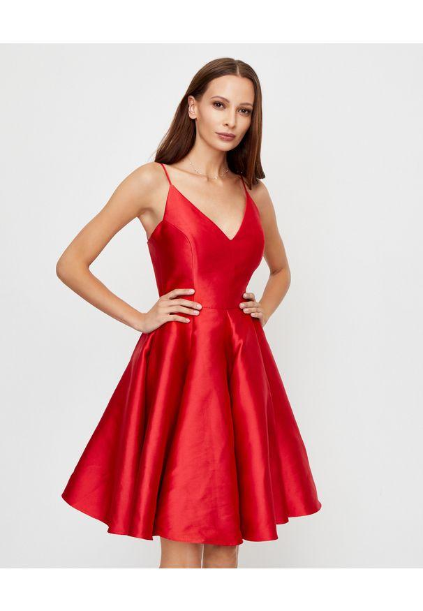 LA MANIA - Czerwona sukienka Jennifer. Kolor: czerwony. Materiał: materiał. Długość rękawa: na ramiączkach